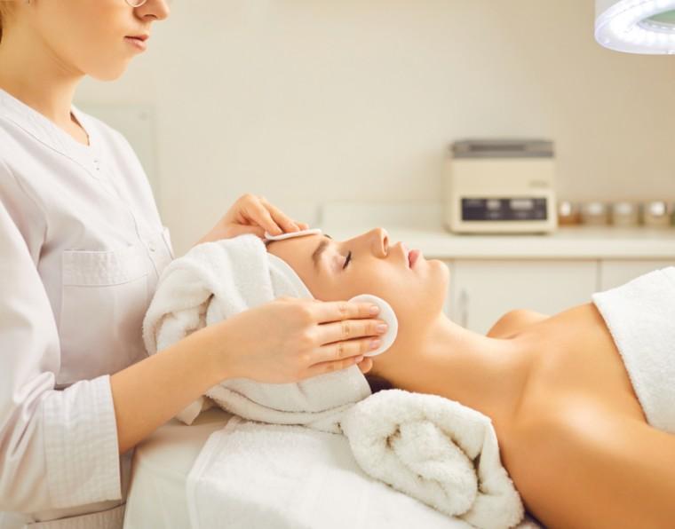 Limpeza de pele: protocolos e associações para potencializar resultados | ADCOS Profissional