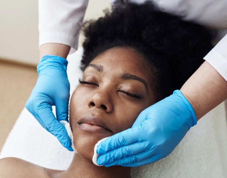 Profissional de estética realiza procedimento de pré-peeling em cliente